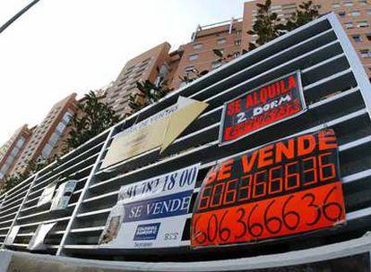 Carteles de pisos en venta, en la avenida de la Ilustración (Madrid).