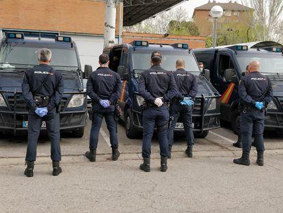 Agentes antidisturbios de Madrid, con guantes y mascarilla esta tarde, en apoyo del compañero apartado y por su propia seguridad.