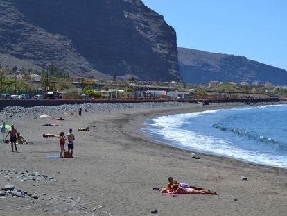 Varias personas toman el sol en una playa de La Gomera durante la fase 3 de la desescalada por coronavirus.  EFE