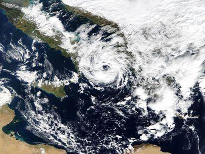 El ciclón extratropical Numa, convertido ya en medicán, al sur de Italia, en 2017.