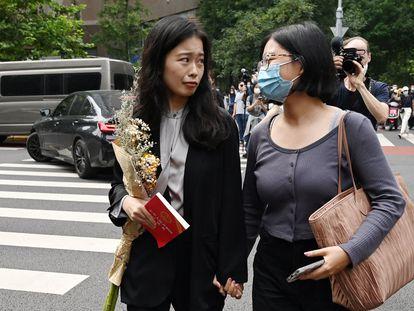 Zhou Xiaoxuan junto a una simpatizante, de camino al juzgado el martes para asistir a la audiencia sobre su denuncia de acoso sexual