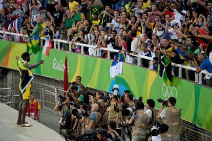 Bolt celebra con el público el triunfo en el relevo 4x100 en Río 2016. / SHAUN BOTTERILL (GETTY)