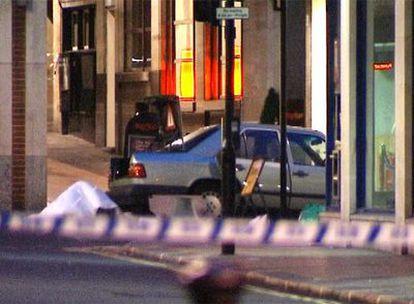 La policía de Londres desactiva una bomba en el centro de la ciudad. En la imagen, el coche que contenía el explosivo