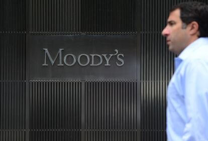 Un hombre pasa ante la sede de Moody's en Nueva York, el pasado septiembre.