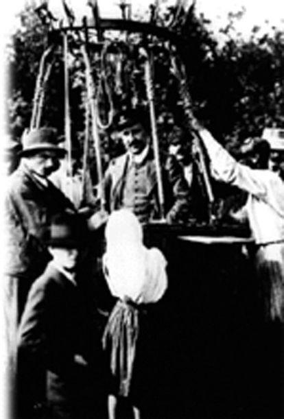 Victor Hess, a punto de partir en el globo desde el que realizaría su descubrimiento.