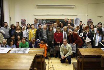 Familiares de víctimas del franquismo posan con artistas en el acto de convocatoria de la manifestación del sábado.