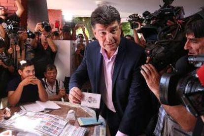 El liberal Efraín Alegre vota en Asunción.