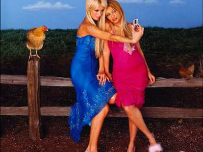 Eso que lleva Paris Hilton en la mano se llama cámara de fotos digital y tiene la culpa de todo.