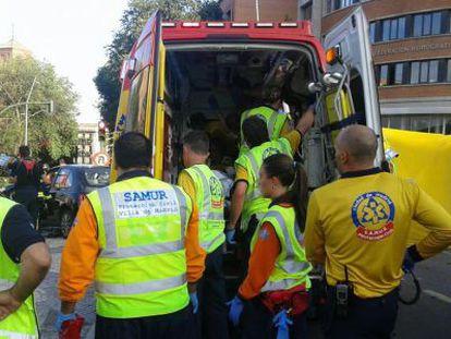 Sanitarios del SAMUR atienden a una de las heridas en el accidente.