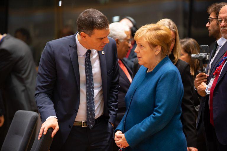 El presidente del Gobierno español, Pedro Sánchez, habla con la canciller alemana, Angela Merkel, en la cumbre de líderes de la UE el pasado octubre.