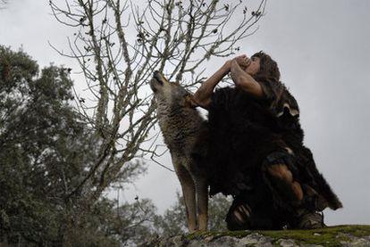 Juan José Ballesta aúlla junto a un lobo en <i>Entrelobos.</i>