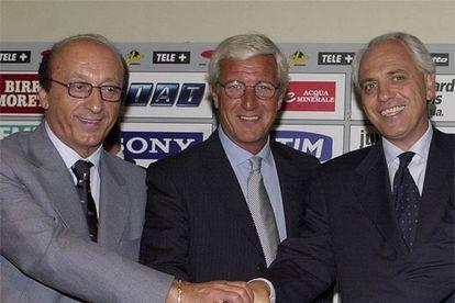Moggi, Lippi y Bettega se saludan en la presentación del técnico con <i>la Juve,</i> en 2001.