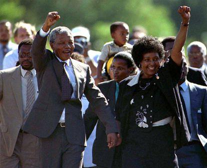 Tras pasar casi tres décadas en prisión, Nelson Mandela sale de la cárcel el 11 de febrero de 1990. En la imagen momentos después de ser un ciudadano libre con su mujer Winnie, de la que posteriormente se separó.