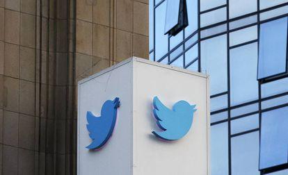 El logo de Twitter, ante la sede de la compañía en San Francisco.