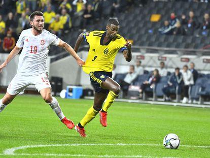 Laporte agarra a Isak durante el Suecia-España de este jueves.