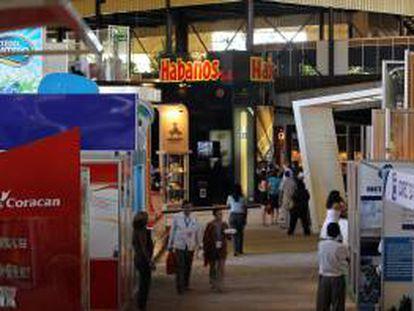 Varias personas caminan por el pabellón central de la XXX Feria Internacional de La Habana Fihav-2012, considerada la principal bolsa comercial de Cuba, que comenzó con la participación de unos 3.000 empresarios de 62 países, entre los que España repite como el más representado.