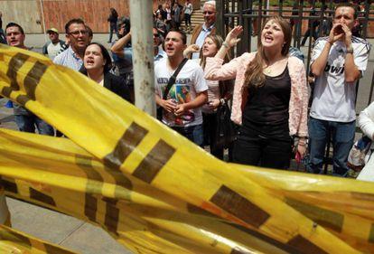Un grupo protesta en contra de la adopción por parte de homosexuales, en Bogotá