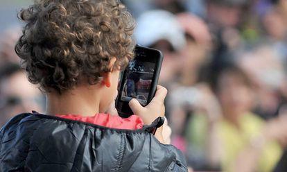 Un niño usa un smartphone.