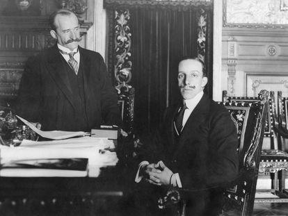 Romanones, presidente del Consejo de Ministros, despacha con el rey Alfonso XIII, en 1913.