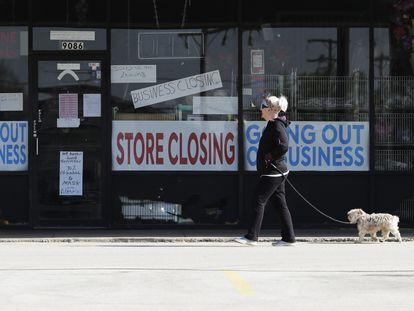 Una mujer pasa frente al escaparate de un comercio cerrado el pasado miércoles en Niles (Illinois).