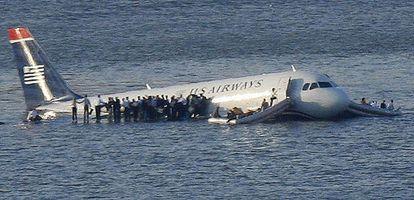 El avión de US Airways flota sobre el río Husdon tras preciptarse con 146 pasajeros y cinco tripulantes