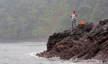 Una pescadora de Bahía Solano prueba suerte desde tierra.