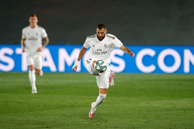 Benzema controla un balón durante un partido esta temporada.