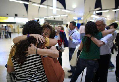 Una familia se despide en el aeroperto de Sevilla.