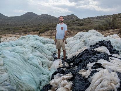 Marcos Diéguez, de Ecologistas en Acción, sobre un vertido ilegal de plásticos agrícolas cerca de Níjar (Almería).