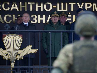 El presidente ruso, Vladímir Putin, y el ministro de Defensa, Serguéi Shoigu, en una ceremonia militar, el domingo en Pskov.