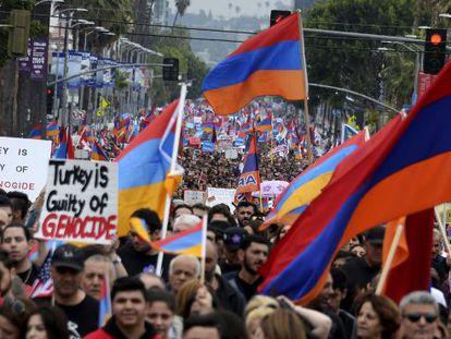 Decenas de miles de personas recuerdan el genocidio armenio, en una manifestación por el centro de Hollywood en octubre de 2019.