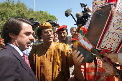 El presidente libio, Muamar El Gadafi, regaló un caballo de raza árabe a José María Aznar durante su visita a Trípoli el 18 de septiembre de 2003. El animal se llamaba <i>El rayo del líder</i>.