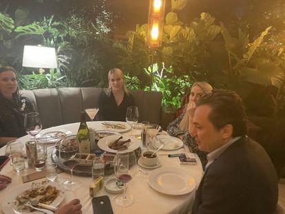 Emilio Lozoya, durante una cena en un lujoso restaurante de Ciudad de México.