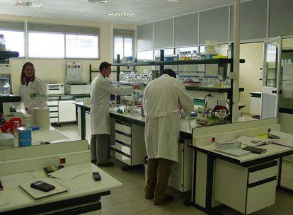 Instalaciones y personal de laboratorio granadino de Puleva Biotech.