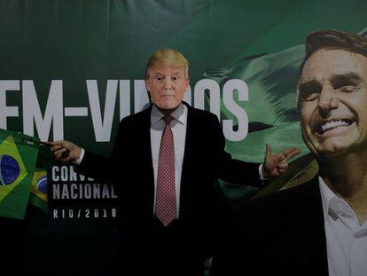 Un seguidor de Bolsonaro viste una máscara del presidente de EE UU, Donald Trump.