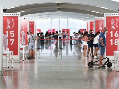 Vacunación de los menores de 12 a 16 años con la primera dosis de Moderna en la Ciudad de las Artes, Valencia, el 16 de agosto de 2021.