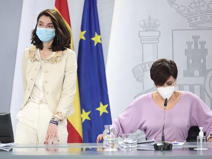 La ministra de Justicia, Pilar Llop (izquierda), y la ministra de Política Territorial y portavoz del Gobierno, Isabel Rodríguez, el martes en una rueda de prensa en La Moncloa.