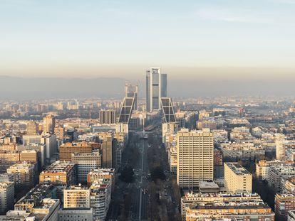 Vista del Paseo de la Castellana de Madrid, con las Torres Kio (Plaza de Castilla) y las Cuatro Torres al fondo. Madrid es una de las ciudades europeas con más muertes por contaminación. |