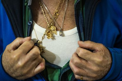 El viudo de Laura Caballero muestra entre sus cadenas una pequeña cápsula con las cenizas de ella.