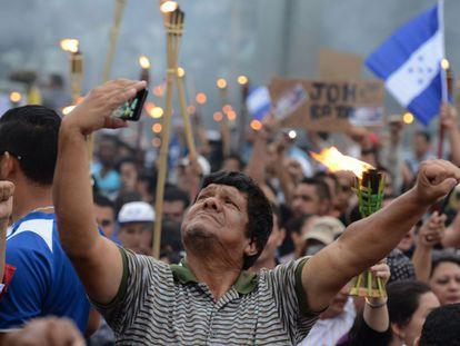 Un hombre se hace un 'selfie' en la manifestación que este viernes ha reunido a miles de hondureños en Tegucigalpa que protestaron contra la corrupción