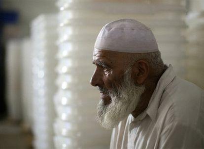 Un hombre descansa frente a varias urnas vacías en Afganistán.