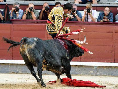 Momento de la grave cogida sufrida por el torero mexicano Arturo Macías.