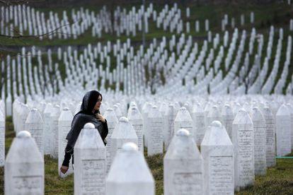 Una mujer camina por el memorial por Srebrenica, en Potocari.
