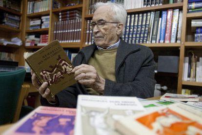 Xosé Neira Vilas le un exemplar da primeira edición de <i>Memorias dun neno labrego</i> (1961), o xoves na súa fundación de Gres.