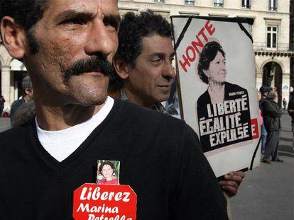 Ahmed Merakchi, compañero de Marina Petrella, protesta contra el encarcelamiento de la exbrigadista, en una imagen de archivo. Petrella fue puesta en libertad bajo control judicial en agosto de 2008.