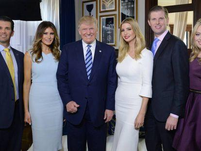 De izquierda a derecha, Donald Jr., Melania, Donald Trump, Ivanka, Eric y Tiffany Trump, en octubre de 2016.