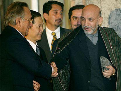 El presidente afgano, Hamid Karzai, estrecha la mano al ministro de Exteriores de Pakistán, Mian Khurseed.