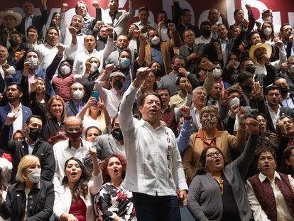 La dirigencia de Morena encabezada por Mario Delgado y Citlalli Hernández durante una reunión en junio de 2021.