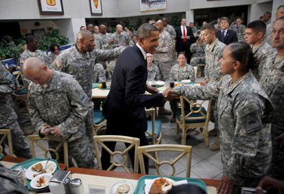 El presidente estadounidense saluda a los soldados de la base militar de Fort Bliss en Tejas