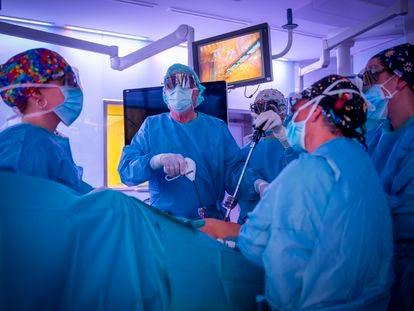 El doctor Lacy interviene a un paciente en el Hospital Clínic de Barcelona.